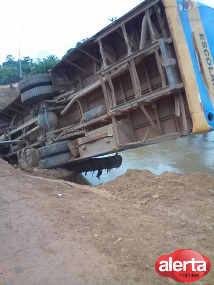 motorista-perde-o-controle-e-cai-de-ponte-com-onibus-carregado-de-alunos720x540_95881aicitono_1ak3onhcfo6c1vnq1nl917971l1be