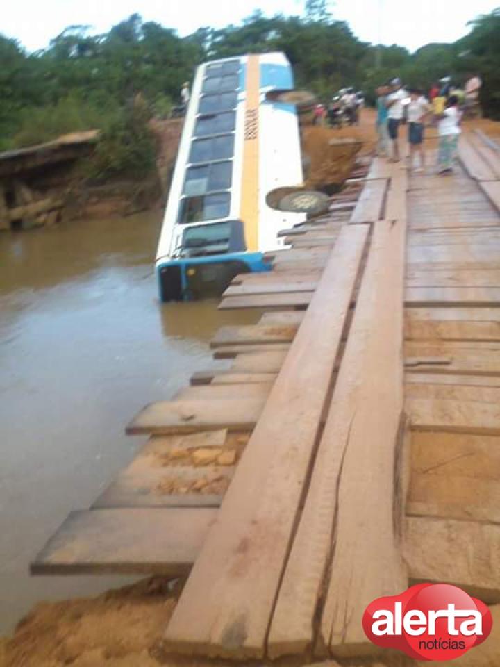 motorista-perde-o-controle-e-cai-de-ponte-com-onibus-carregado-de-alunos720x540_95881aicitono_1ak3onhcjvs5ofs1r7vjrrareg