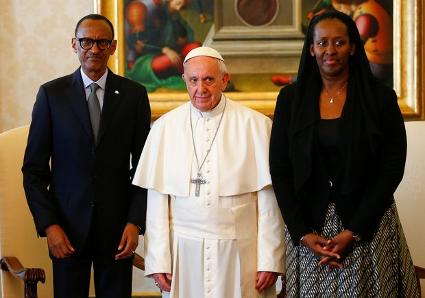 Pope Francis poses with Rwanda's President Paul Kagame and his wife Jeannette during a private meeting at the Vatican March 20, 2017. REUTERS/Tony Gentile ORG XMIT: TGN106