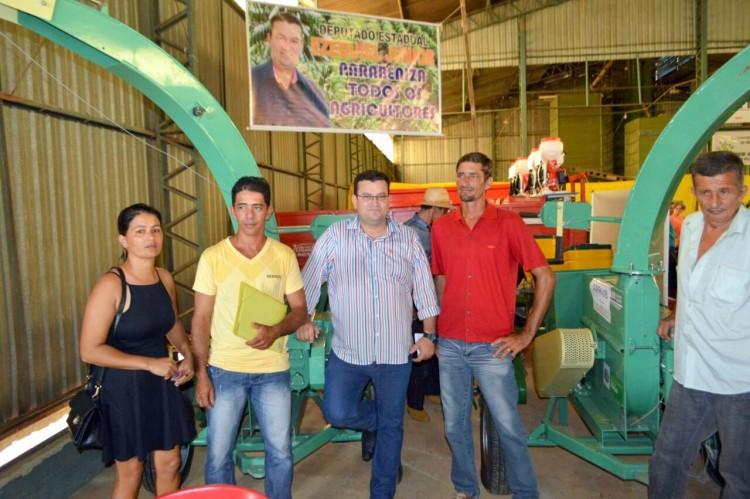 Deputado Ezequiel Junior entrega implementos durante rodada de negócios da Rondônia Rural Show em Machadinho (4)