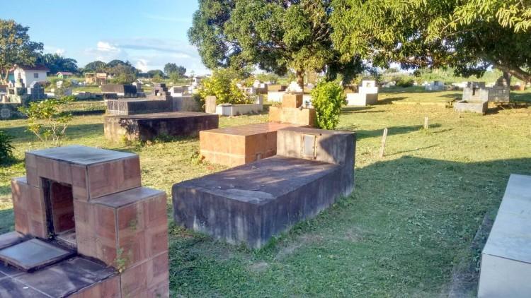 Secretaria de Obras realiza limpeza geral em cemitério de Machadinho Do Oeste (3)
