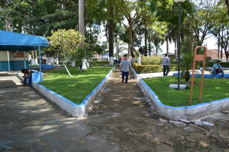 Secretaria de obras realiza limpeza de avenidas e praça em Machadinho (2)