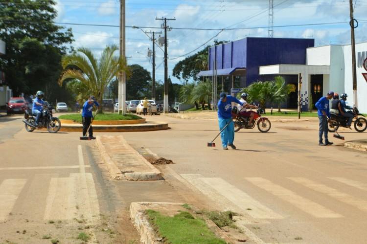Secretaria de obras realiza limpeza de avenidas e praça em Machadinho (3)
