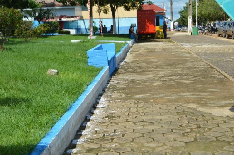 Secretaria de obras realiza limpeza de avenidas e praça em Machadinho (5)