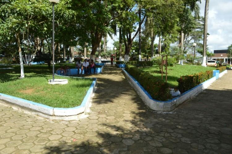 Secretaria de obras realiza limpeza de avenidas e praça em Machadinho (7)