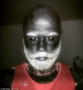 Após vencer câncer, rapaz tatua corpo de cinza, inclusive os olhos