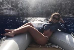 Mariana Goldfarb exibe curvas em praia paradisíaca