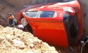 Assaltantes atropelam três pessoas e capotam carro no trevo da Campos Sales