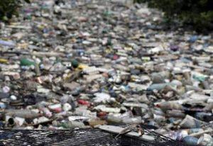 Enzima manipulada que devora plástico representa promessa no combate à poluição
