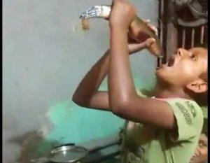"""Vídeo mostra criança """"engolindo"""" peixe inteiro no Amazonas; imagens chocaram internautas"""