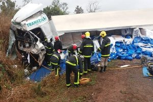 Motorista morre em acidente envolvendo 4 carretas na BR 364