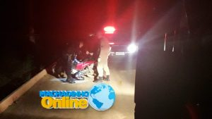 Machadinho: Condutora perde o controle da motoneta, bate em meio fio e fica desacordada