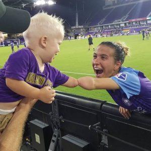 """""""Deus me colocou aqui por uma razão"""", diz jogadora ao conhecer criança sem mão igual a ela"""
