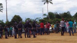 Machadinho: Produtores de leite fazem manifestação em frente ao laticínio Rio Belém
